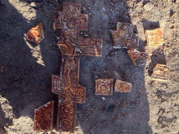 В Ростове при раскопках обнаружили гипсовые кресты из 90-х