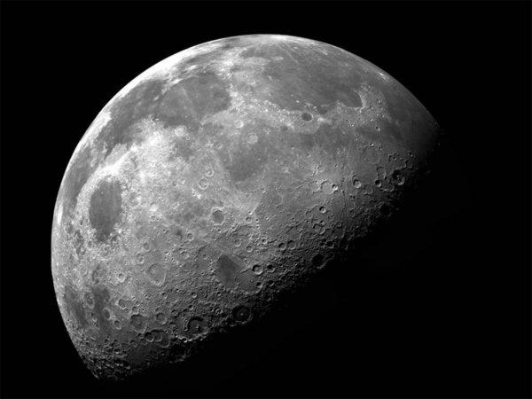 На очередном снимке Луны запечатлено большое здание