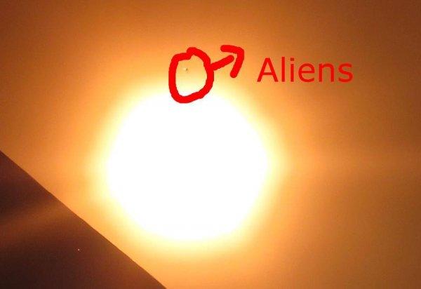 НЛО на фоне солнечного затмения: Объект с крыльями завис в небе над Канадой