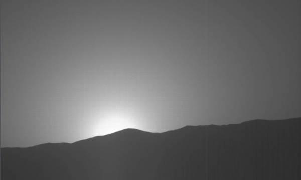 NASA выложили в Сеть снимок необычайного заката на Марсе