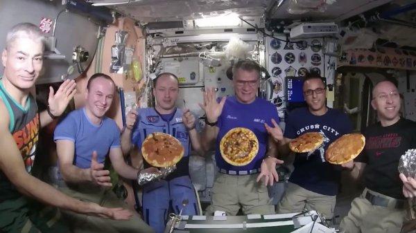 Космонавты приготовили пиццу в условиях невесомости на борту космической станции