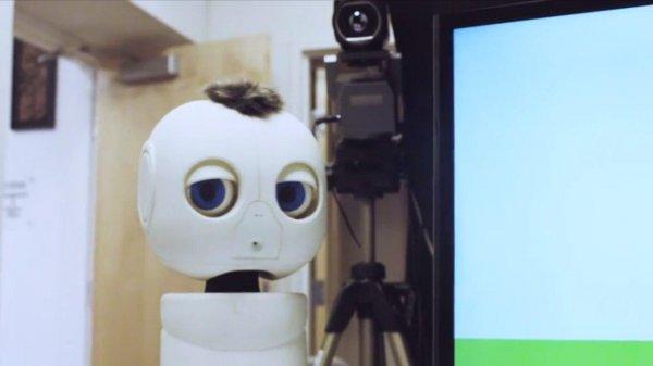 Робот помогает глухим младенцам научиться общаться