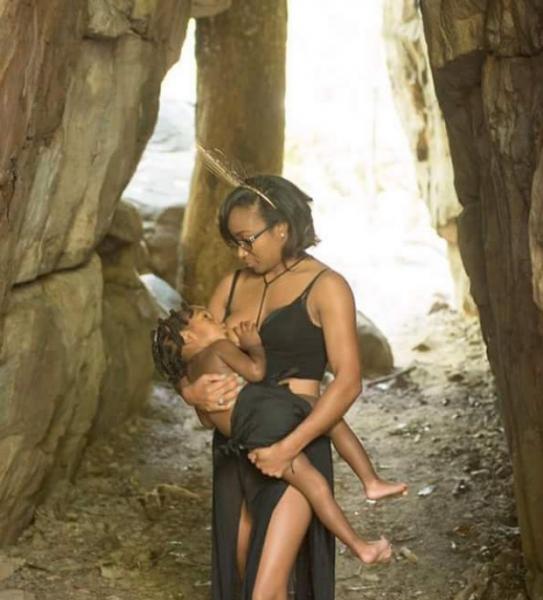 Голые «шоколадные мамы» затронули проблему кормления грудью