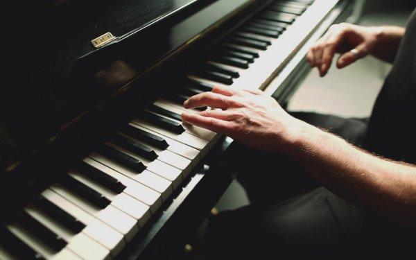 Музыкант, потерявший руку, снова смог играть на пианино