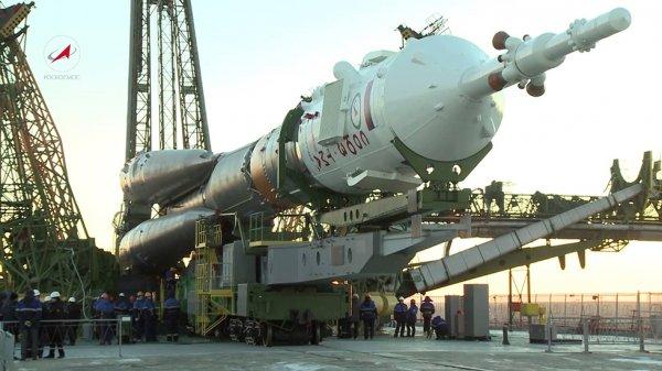 На Байконуре установили на стартовую площадку ракету-носитель «Союз-ФГ»