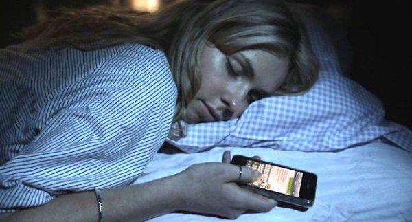Смартфон, оставленный рядом со спящим человеком, может вызвать рак – Ученые