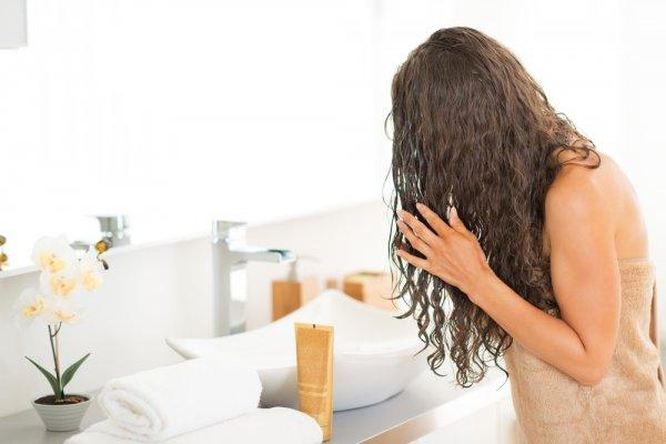 Ученые: люди не правильно моют волос и используют много шампуня