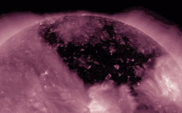 NASA: В солнечной короне образовалась трещина колоссального размера