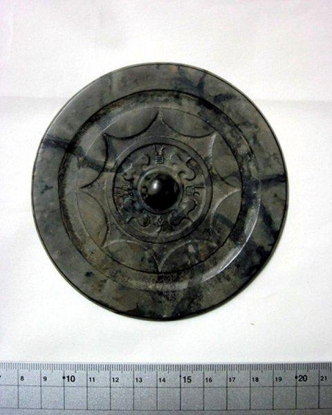 В Японии обнаружили древнее бронзовое зеркало